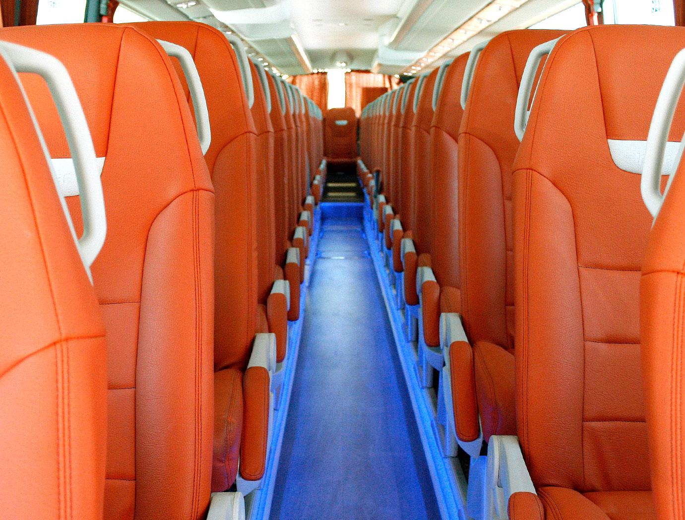 theBus interior sillas naranja